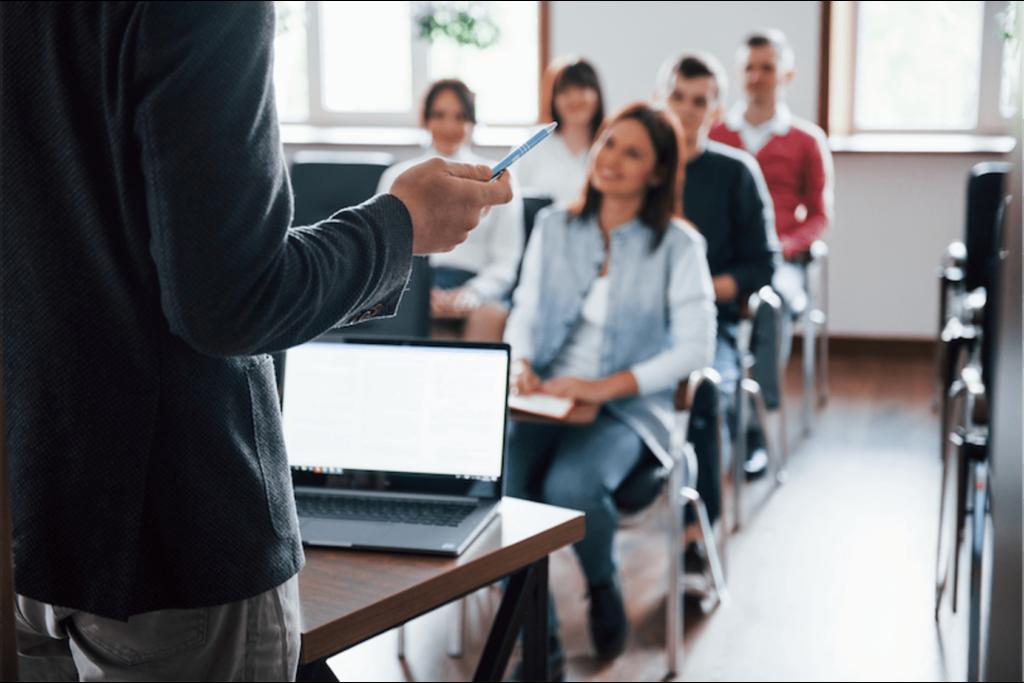 un formateur acx conseil dispensant sa formation à des stagiaires